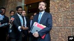 Zeid Raad al-Hussein, à droite, parlant à la presse, Colombo, Sri Lanka, le 6 février 2016.