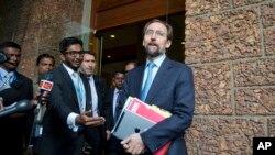 Kepala Badan Urusan HAM PBB, Zeid Raad al-Hussein, kanan, berbicara pada media, Kolombo, Sri Lanka