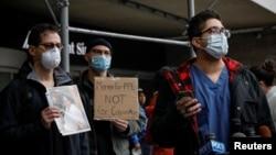 Nhân viên y tế tại Bệnh Viện Mount Sinai tổ chức một cuộc biểu tình đòi cung cấp thiết bị bảo hộ cá nhân để chăm sóc bệnh nhân nhiễm virus corona (COVID-19), ở Thành phố New York, Mỹ, ngày 3 tháng 4, 2020.