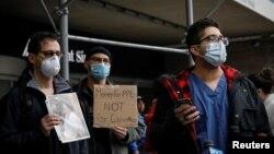 Nhân viên y tế Bệnh viện Mount Sinai, New York, cầm bảng yêu cầu có thêm trang bị bảo hộ chống virus corona, ngày 3/4/2020.