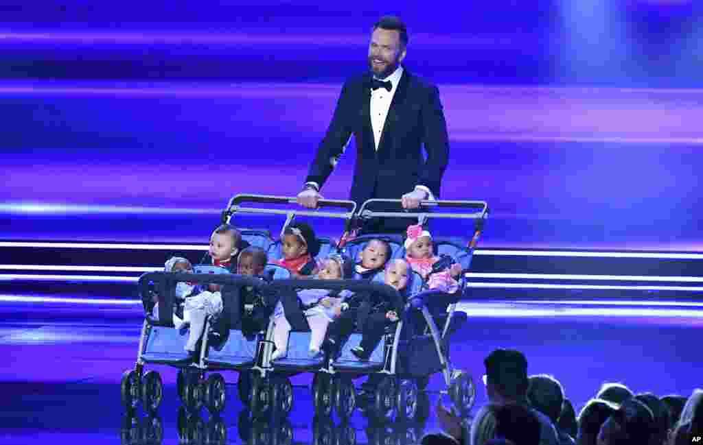 ពិធីករJoel McHale ថ្លែងនៅឯពិធីផ្តល់ពានរង្វាន់People's Choice Awards នៅសាលក្រុមហ៊ុនMicrosoft នៅទីក្រុងLos Angeles។