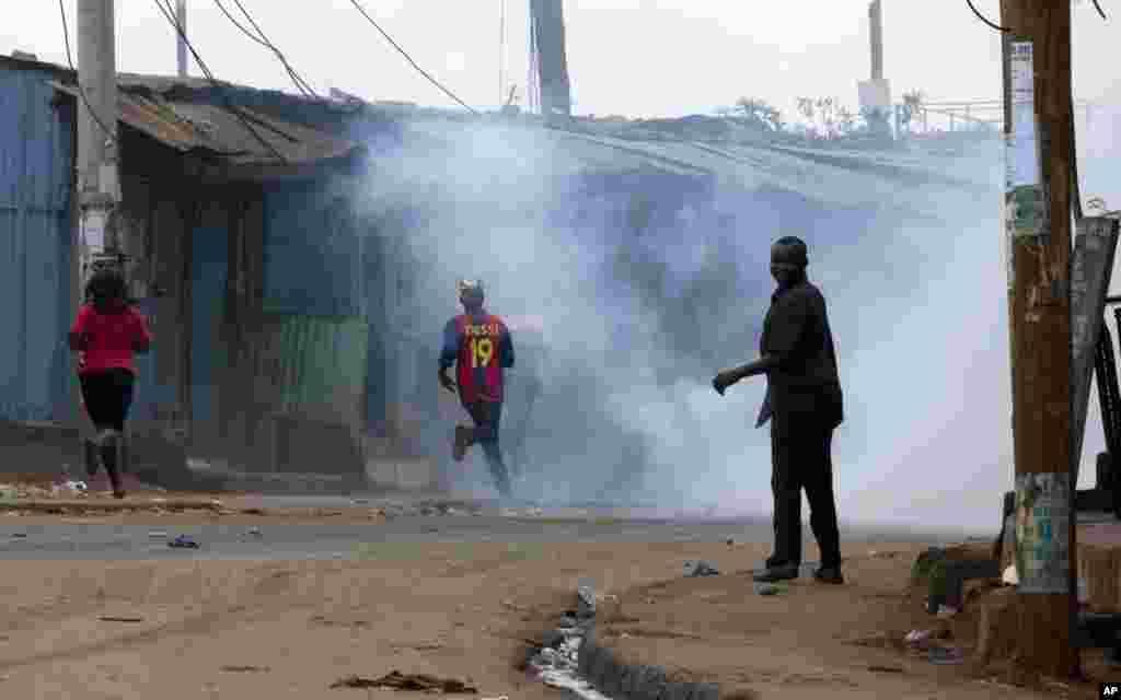 Des partisans de l'opposition dispersés par des grenades tirées par la police à Kibera Slums, Nairobi, 23 mai 2016.