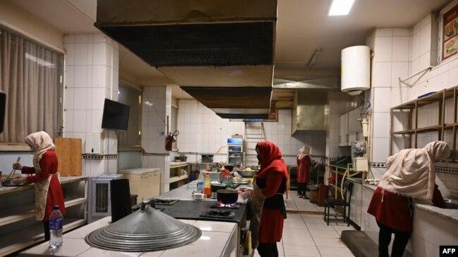 افغان خواتین ماری اکرمی کے ریستوراں کے کچن میں کام کررہی ہیں۔