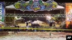 Polisi memeriksa sisa-sisa kebakaran dalam acara konser musik di taman hiburan Formosa di luar kota Taipei, Taiwan yang melukai 500 orang lebih, Minggu (28/6).