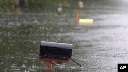 Poplavljeno sanduče za poštu u gradiću Njuport u Severnoj Karolini.