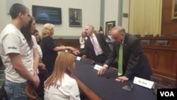 國會眾議院移民與邊境安全小組委員會主席、共和黨議員高迪(Rep. Trey Gowdy)與非法移民犯罪的受害者家屬羅拉威爾克森握手,共和黨議員史蒂芬.金(Rep. Steve King)與另一位家屬米歇爾如特交談。(美國之音魏之拍攝)