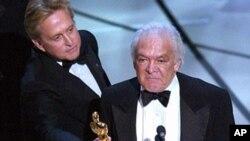 Майкл Дуглас вручает «Оскар» Мартину Ричардсу. 23 марта 2003 г.