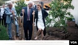 弗里德.曼(左一)同德国总统斯坦迈尔(中)和总统夫人2018年6月在托马斯.曼故居重新启用开幕式上 来源: Courtesy Photo