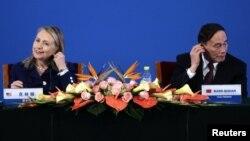 La secretaria Hillary Clinton y el viceprimer ministro chino Wang Qishan trabajan en la sintonía entre ambas naciones.