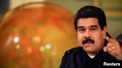 """El nuevo presidente del PSUV deberá liderar el partido con la sombra de Hugo Chávez como """"líder eterno""""."""