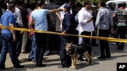 Một loạt cuộc tấn công gây tử vong nhắm vào các nhân viên an ninh trên bán đảo Sinai hôm qua, đã giết chết 26 người.