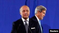 Secretário de Estado norte-americano John Kerry e homólogo francês, Laurent Fabius, em conferência de imprensa em Paris após encontro sobre a Síria (16 Set 2013)