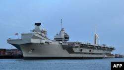 """英国皇家海军""""伊丽莎白女王""""号(HMS Queen Elizabeth)航母停泊在英国南部一个港口。 (2019年6月5日)"""