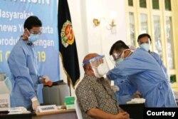 Wakil Gubernur DI Yogyakarta, Sri Paduka Pakualam X menerima suntikan vaksin Covid 19. (Foto: Humas Pemda DIY)