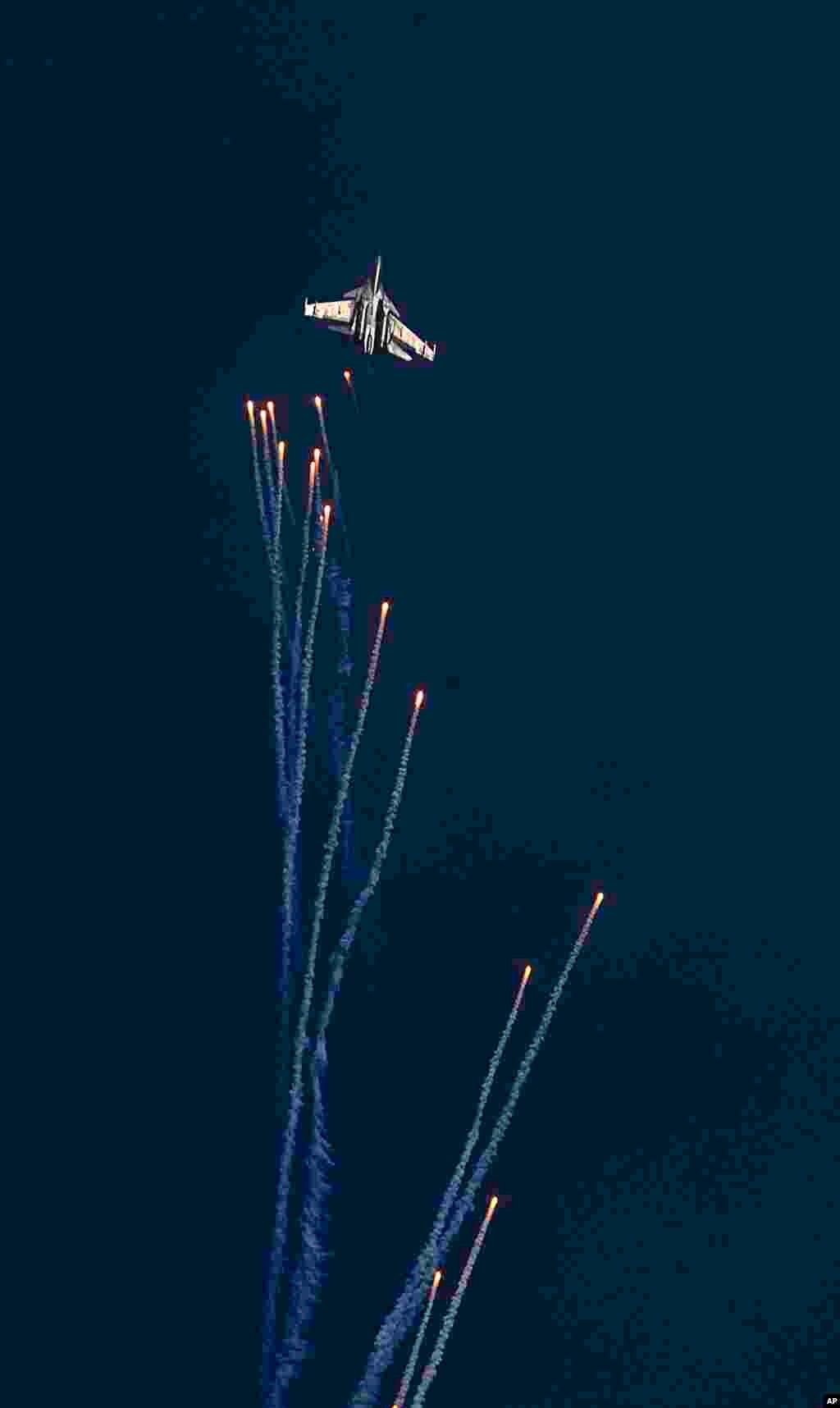 កងកម្លាំងដែនអាកាសឥណ្ឌា Sukhoi Su-30 MKI បានភ្លើងទៅលើមេឃនៅអំឡុងពេលលំហាត់ហ្វឹកហ្វឺនហោះហើរ Vertical Charlie នៅអំឡុងពេលដង្ហែក្បួន Air Force Day នៅមូលដ្ឋានទ័ពអាកាស Hindon ជិតក្រុងញូវដេលី។