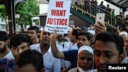 Warga Muslim berkumpul di lokasi di mana Imam Maulama Akonjee dan temannya ditembak tewas di Queens, New York (foto: dok). Kejahatan karena kebencian yang menarget Muslim Amerika meningkat pesat antara tahun 2014-2016.