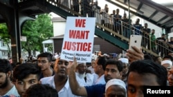 Warga Muslim melakukan unjuk rasa untuk menuntut keadilan, di lokasi di mana Imam Maulama Akonjee dan temannya ditembak tewas di Queens, New York, Sabtu (13/8).