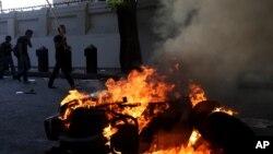 穆爾西的支持者和反對者之間的衝突繼續,星期一民眾在開羅燒焚一部機車。