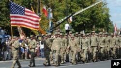 Американські військові під час параду в Польщі