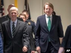 El exasesor legal de la Casa Blanca, Don McGahn (derecha) llega al Capitolio, en Washington. Foto del 6 de febrero de 2017.