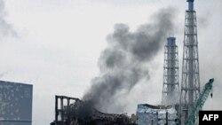 Дим підноситься над районаом реактора номер три японської АЕС Фукусіма
