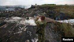 Naoružani pro-ruski separatista fotografiše mesto u istočnoj Ukrajini gde se srušio Boing 777 Malezija Erlajnza.