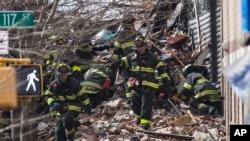 3月12日纽约消防队员在废墟中寻找生存者