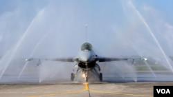 资料照片:一架美国制造的F-16V战斗机在一次演习期间接受自动清洗机的清洗。(2020年1月15日)
