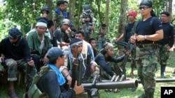 Para anggota kelompok gerilyawan Abu Sayaf di Mindanao, Filipina selatan (foto: dok). Seseorang yang mengaku berasal dari kelompok gerilyawan Abu Sayaf meminta uang tebusan bagi pembebasan 10 awak kapal Indonesia.