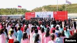 지난 달 22일 러시아 국경도시 하산과 북한 라진항을 연결하는 철도가 개통된 가운데, 북한 라진항에서 기념식이 열렸다.