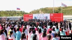 지난 22일 러시아 국경도시 하산과 북한 라진항을 연결하는 철도가 개통된 가운데, 북한 라진항에서 기념식이 열렸다.