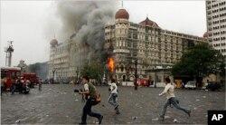 Rasmiy Dehli Pokistonni Hindistonga qarshi terror amaliyotlarini qo'llab-quvvatlashda ayblaydi. Suratda 2008-yili Hindistonning Bombey shahrida ro'y bergan terrorchilik hujumi aks etgan.