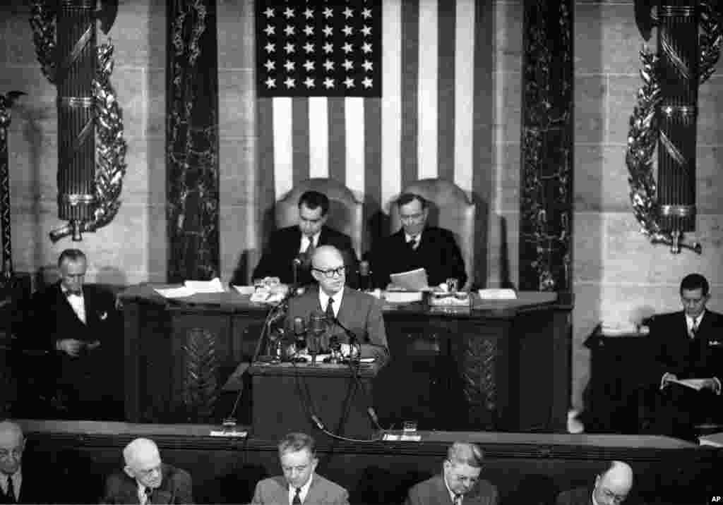 លោកប្រធានាធិបតី Dwight Eisenhower ថ្លែងសុន្ទរកថាស្តីពីស្ថានភាពប្រទេសជាតិលើកទីមួយរបស់លោក នៅមុខសមាជិករដ្ឋសភាដែលមានវត្តមាននៅវិមានរដ្ឋសភា ក្នុងរដ្ឋធានីវ៉ាស៊ីនតោន កាលពីថ្ងៃទី២ ខែកុម្ភៈ ឆ្នាំ១៩៥៣។ លោក Richard Nixon អនុប្រធានាធិបតី (ឆ្វេង) និងលោក Joseph W. Martin ប្រធានរដ្ឋសភាអង្គុយនៅខាងក្រោយ។ (AP)