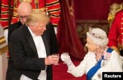 Presiden Trump dan Ratu Elizabeth bersulang dalam jamuan makan malam kenegaraan di Istana Buckingham.