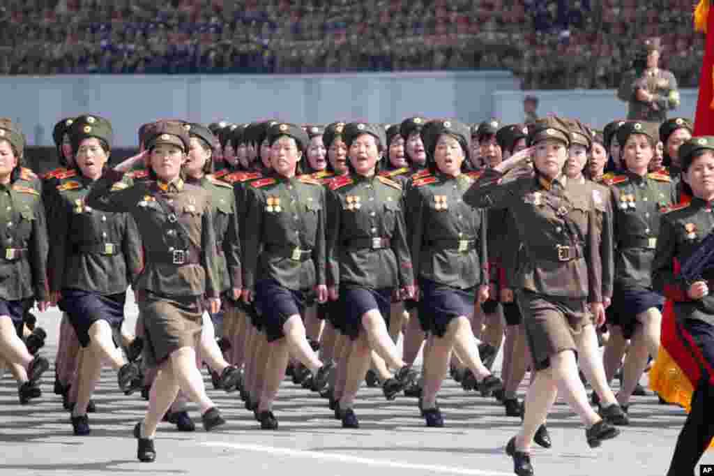 Nữ quân nhân Bắc Triều Tiên diễn binh tại quảng trường Kim Il Sung, Bình Nhưỡng (Hình: Sungwon Baik/VOA)