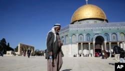 Một người Palestine cầu nguyện ở Jerusalem, ngày 8/12/2017.