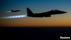 Dos aviones F-15E Strike Eagles de la Fuerza Aérea de EE.UU. llevan a cabo ataques aéreos en Siria.