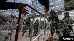 10일 태국 수도 방콕의 임시 청사 주변을 군인들이 지키고 있다. 이날 방콕에서는 농민들이 보조금 지급을 요구하며 시위를 벌였다.