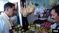 Menteri Perdagangan Gita Wirjawan di pasar tradisional di Solo. (VOA/Yudha Satriawan)