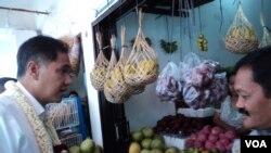 Menteri Perdagangan Gita Wirjawan meninjau sebuah pasar tradisional di Solo. (Foto: dok)