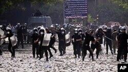 13일 이집트 카이로의 미국 대사관 앞에서 반미 시위대를 벌이는 시위대