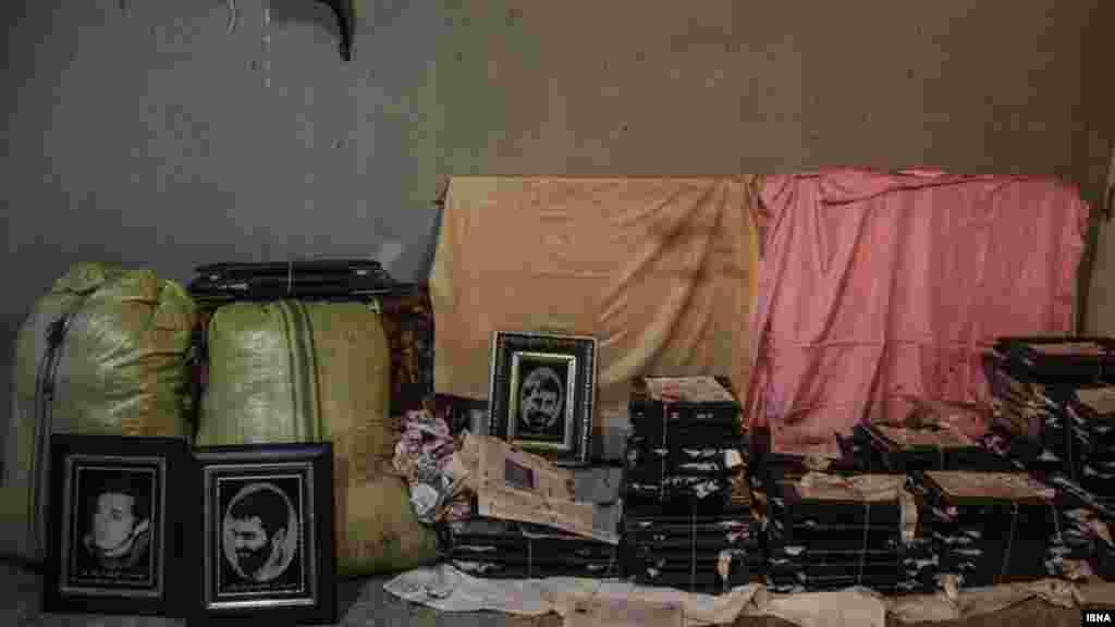 """تابلو فرشهای خاک خورده... یعقوب عبدی شهسواری، بافنده تبریزی تابلوفرشهای """"۱۰۰ شهید هشت سال دفاع مقدس"""" و همچنین مفاخر و مشاهیر ایران، آثار خود را در پارکینگ خانه اجارهایاش نگهداری میکند. عکس : امیر صادقی، ایسنا"""