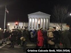 Manifestantes protestan frente a la Corte Suprema de Justicia la orden ejecutiva del presidente Trump que prohíbe entrar al país temporalmente a refugiados de siete países.