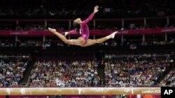 美国的加比在女子体操全能冠军赛的平衡木上