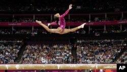 Bài biểu diễn cầu thăng bằng của thể dục dụng cụ nữ tại Olympic London 2012 (ảnh tư liệu).
