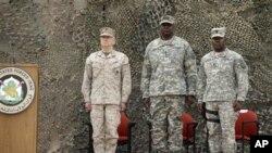 Gen. Lloyd Austin, le commandant américain numéro un en Irak, centre, débout au cours des cérémonis de la fin de la mission américaines à Bagdad, Irak, juedi 15 décembre 2011.