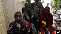 Abigeme bo kw'ishure rya Chibok baheruka kurekurwa na Boko Haram bari i Abuja, Nijeriya, Ukwezi kwa 5/7/2017.
