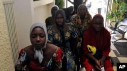 Anak sekolah perempuan dari Chibok yang diculik oleh Boko Haram tiba di Abuja, Nigeria, Minggu, 7 Mei 2017.