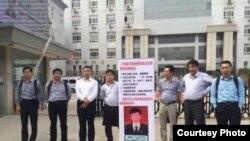 維權團在江蘇豐縣法院進行維權(網絡圖片)
