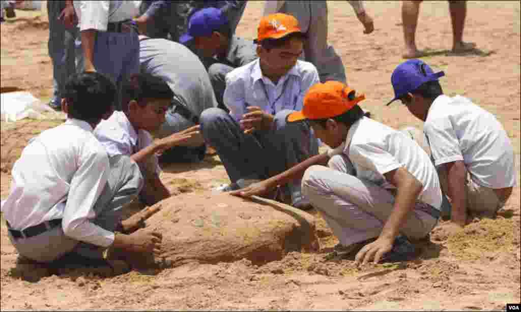 کراچی: ساحل پر صفائی مہم کے دوران بچوں کے درمیان مختلف مقابلے منعقد کئےگئے